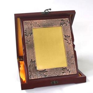 Снимка от Дървен плакет с рамка и златно-сребърно фолио